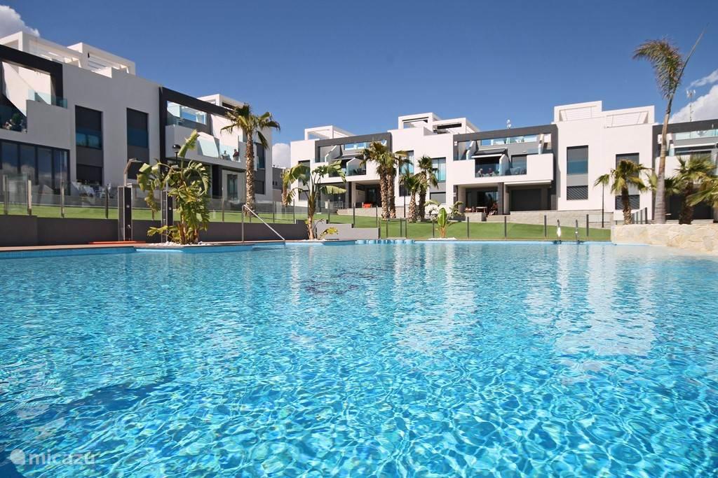 Vakantiegevoel! Groot zwembad met jacuzzi, separaat kinderbad, douches en waterval.