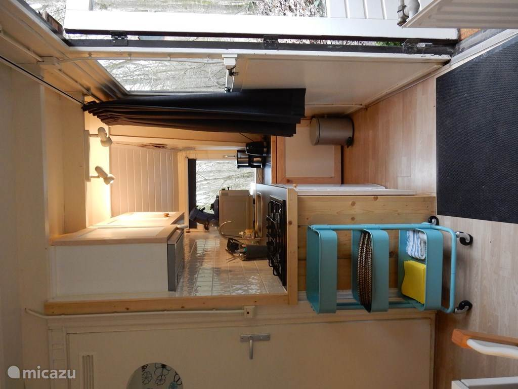 The small kitchen, fully equipped (no dishwasher)
