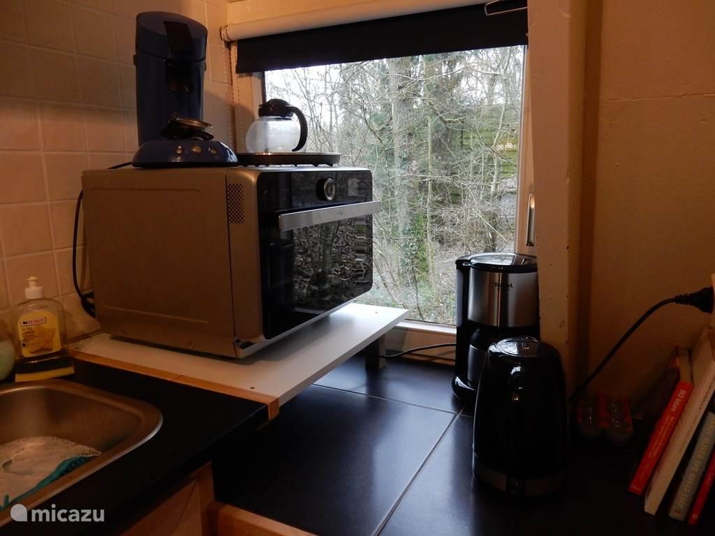 Een ruime goede combimagnetron, senseo, koffiezeapparaat en waterkoker.