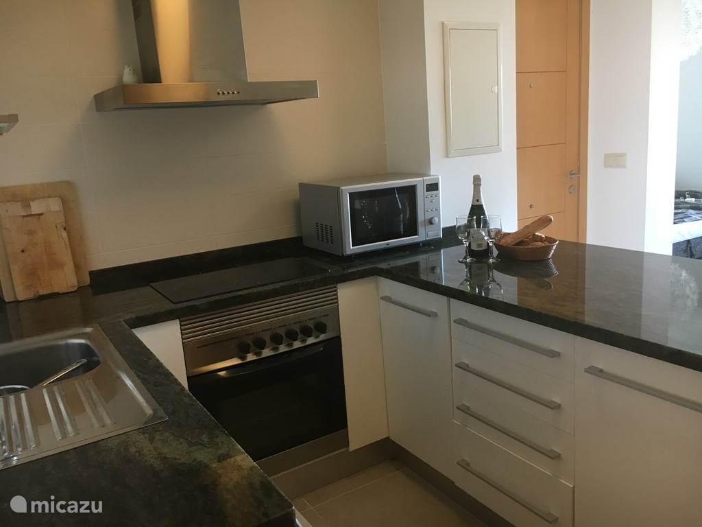 De keuken is voorzien van een magnetron, oven, luxe koelkast.