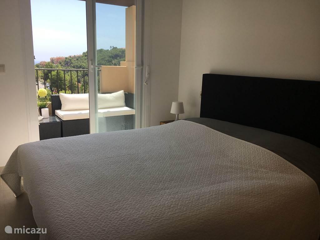Beide slaapkamers zijn voorzien van plafond waaiers die een dag en nacht stand hebben. Ook zijn er rolluiken. Het uitzicht is tevens prachtig!