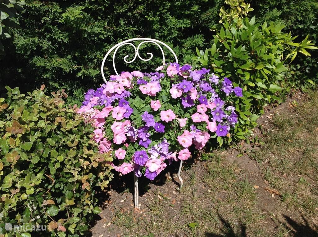 Bloemen op Frans gestoelte.