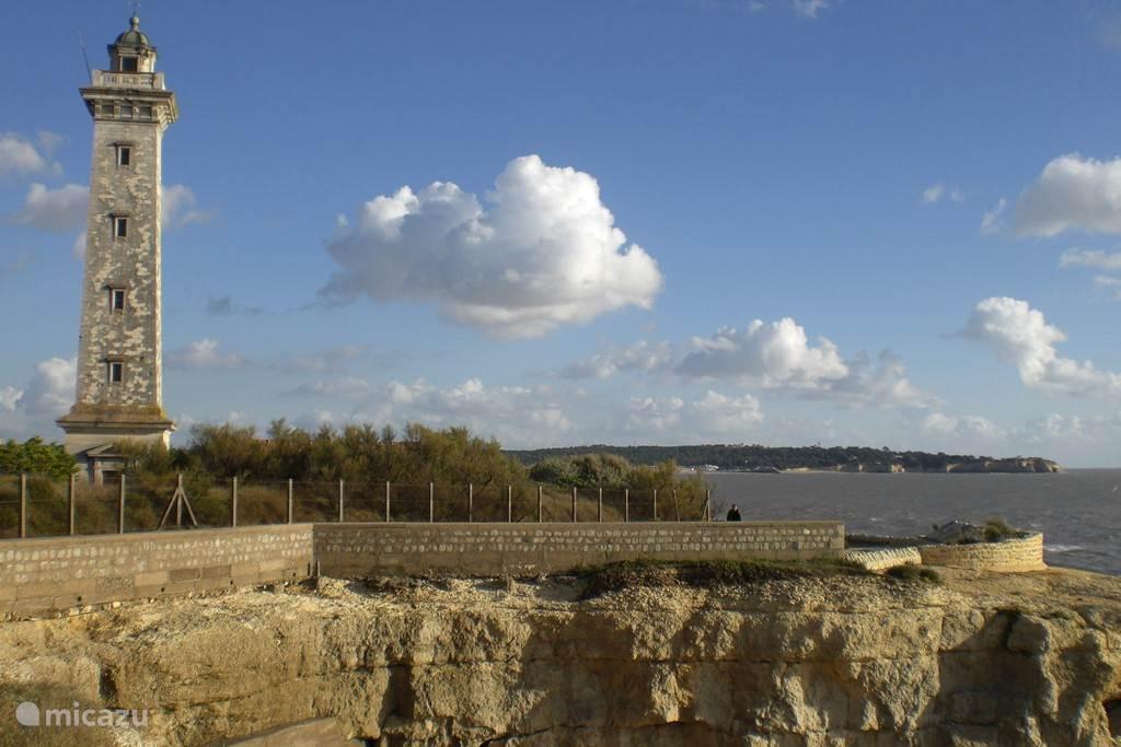 Vuurtoren aan de Gironde saint  George de Didonne en aan de einder dorp Meschers om de hoek.