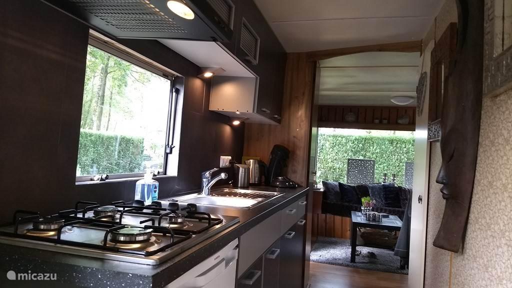 De keuken is uitgerust met een 4 pits gaskookplaat, waterkoker, Senseo koffiezetapparaat, alle denkbare keukengerei en compleet servies.