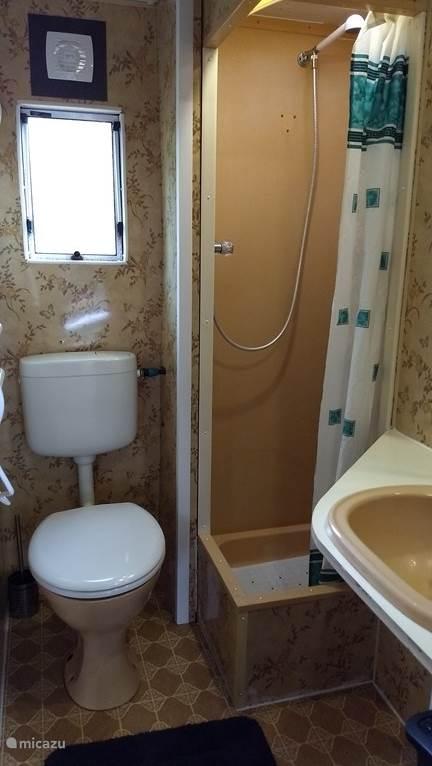Complete badkamer, wat wil een mens nog meer, badderen kan in het zwembad op het park.
