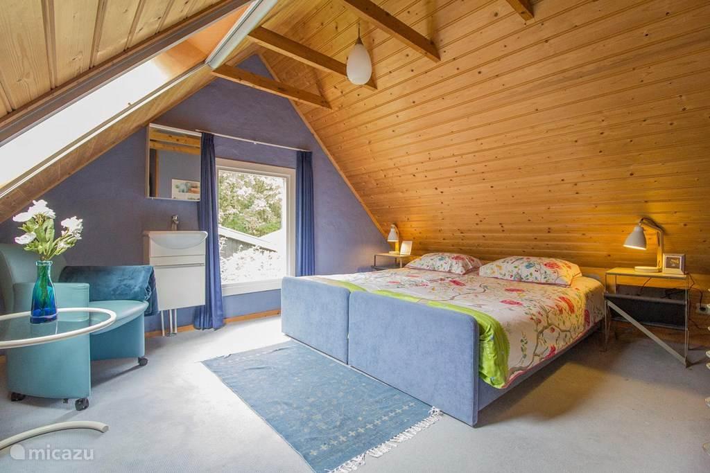 Een van de twee comfortabele slaapkamers met twee boxsprings, een wasbak en een zitje.