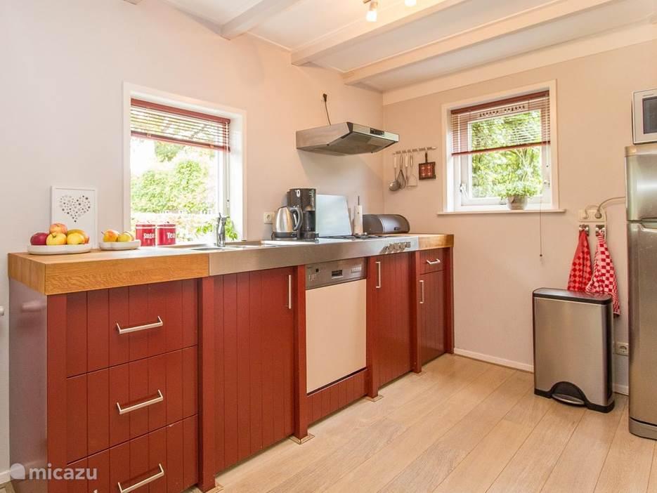 De keuken heeft een waterkoker, koffiezetapparaat, vaatwasmachine, magnetron en een koel-vriescombinatie.