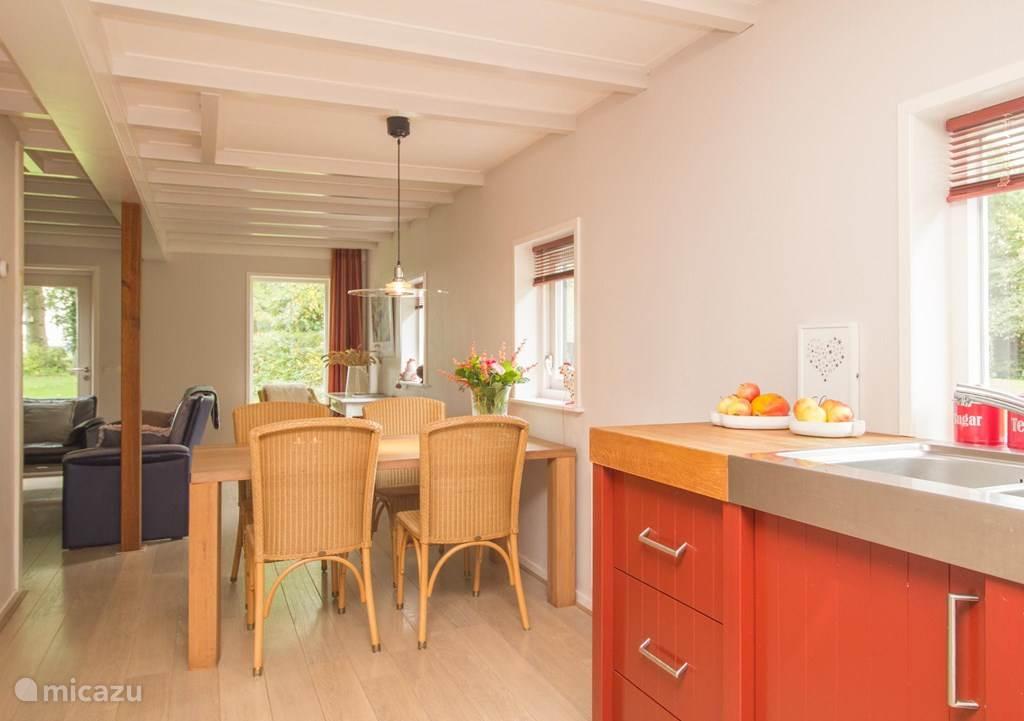 De woonkamer heeft een open keuken met een eethoek.