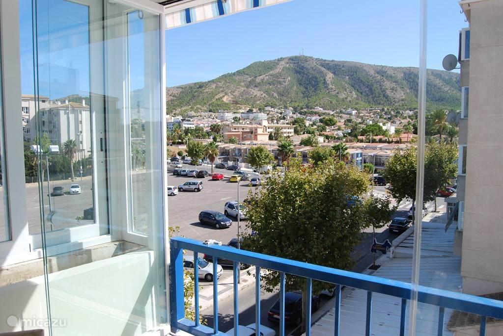 Met zicht op het dorp Albir en de berg Helada van op het terras. Dit appartement is totaal zuid gericht en dus hebben we gedurende de hele dag de zon op het terras.