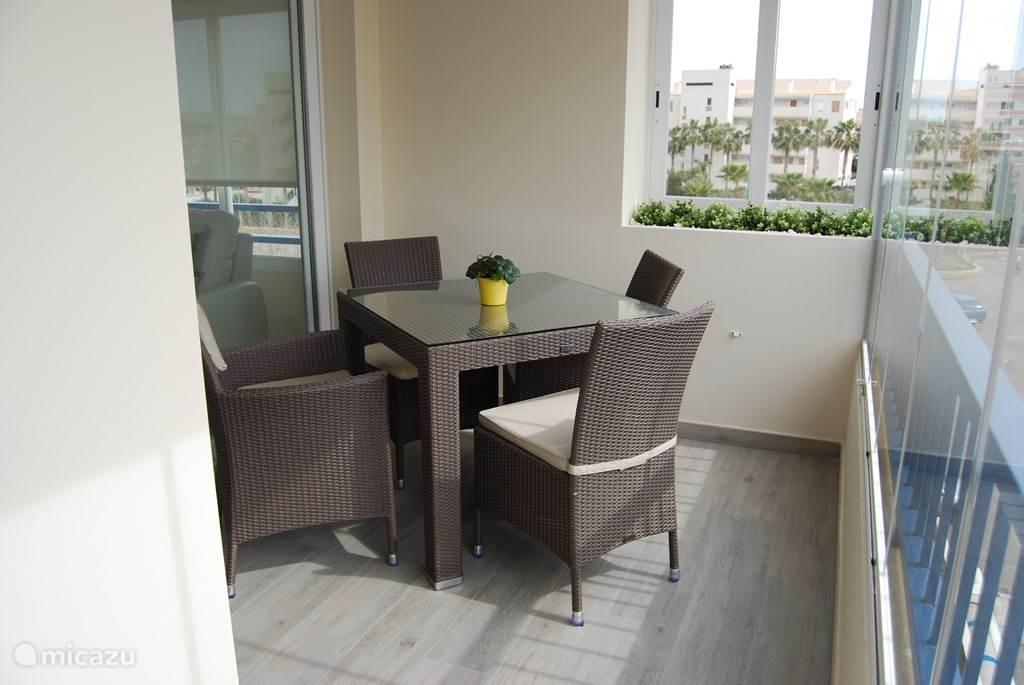 Een leuk zithoekje op het zuid gelegen terras. Om samen een gezelschapsspel te doen of te eten en iets te drinken.