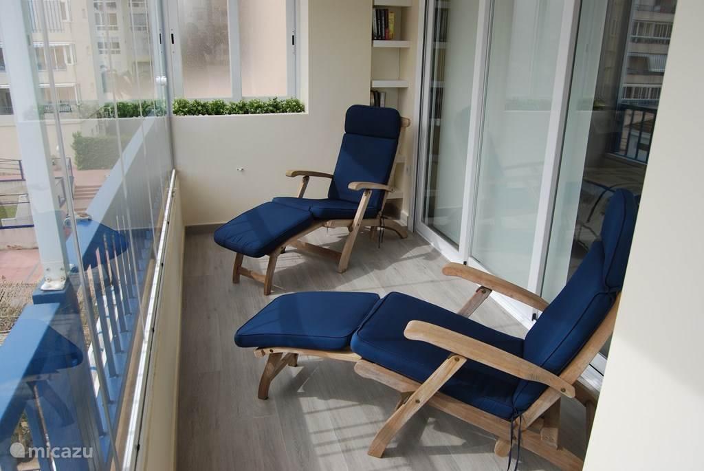 Dit is het verlengde van het zuid gelegen terras dat aansluit aan de hoofdslaapkamer. Lekker genieten van de zon met een boek of siesta  achter het glasgordijn of in de open lucht. PUUR GENIETEN