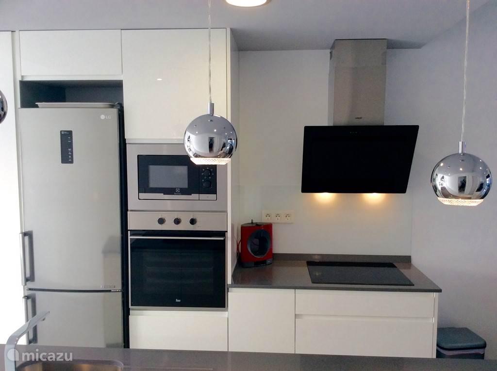 Open keuken met alle benodigdheden