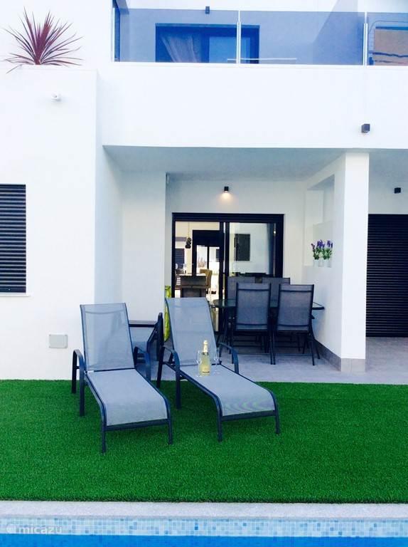 Terras met tafel en 4 stoelen,4 ligbedden