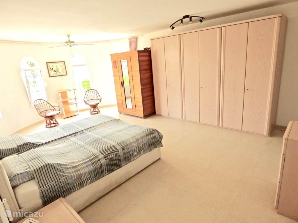 zeer ruime slaapkamer met airco en CV