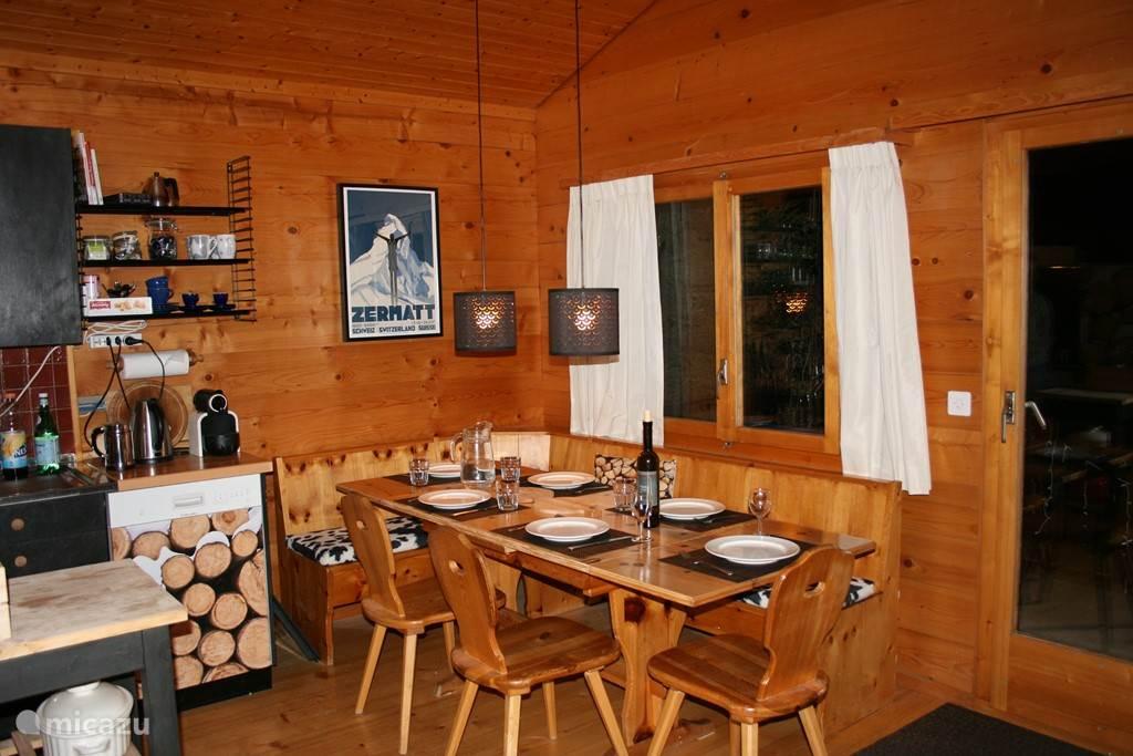 De eettafel met Zwitserse hoekbank biedt plaats aan 8 personen