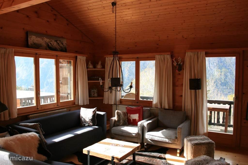 Woonkamer met rondom fenomenaal uitzicht op de bergen