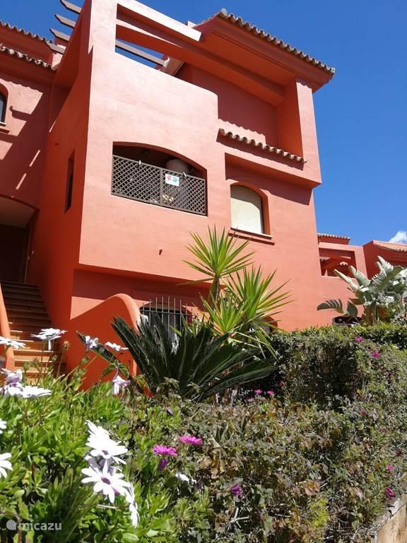 vooraanzicht/vanop straat en tuinen van het appartement
