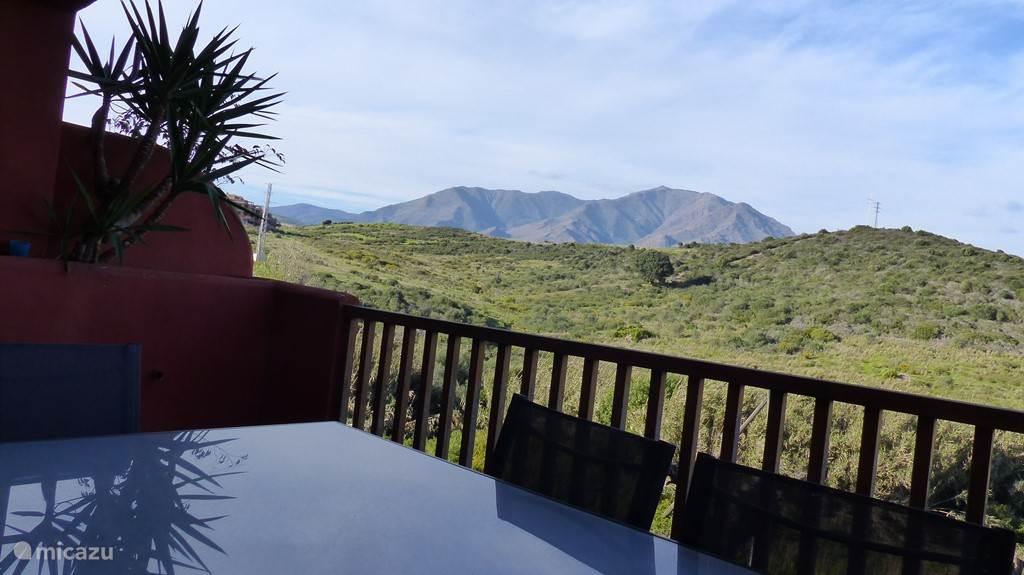 terras1 met zicht op bergen, eethoek en gasBBQ