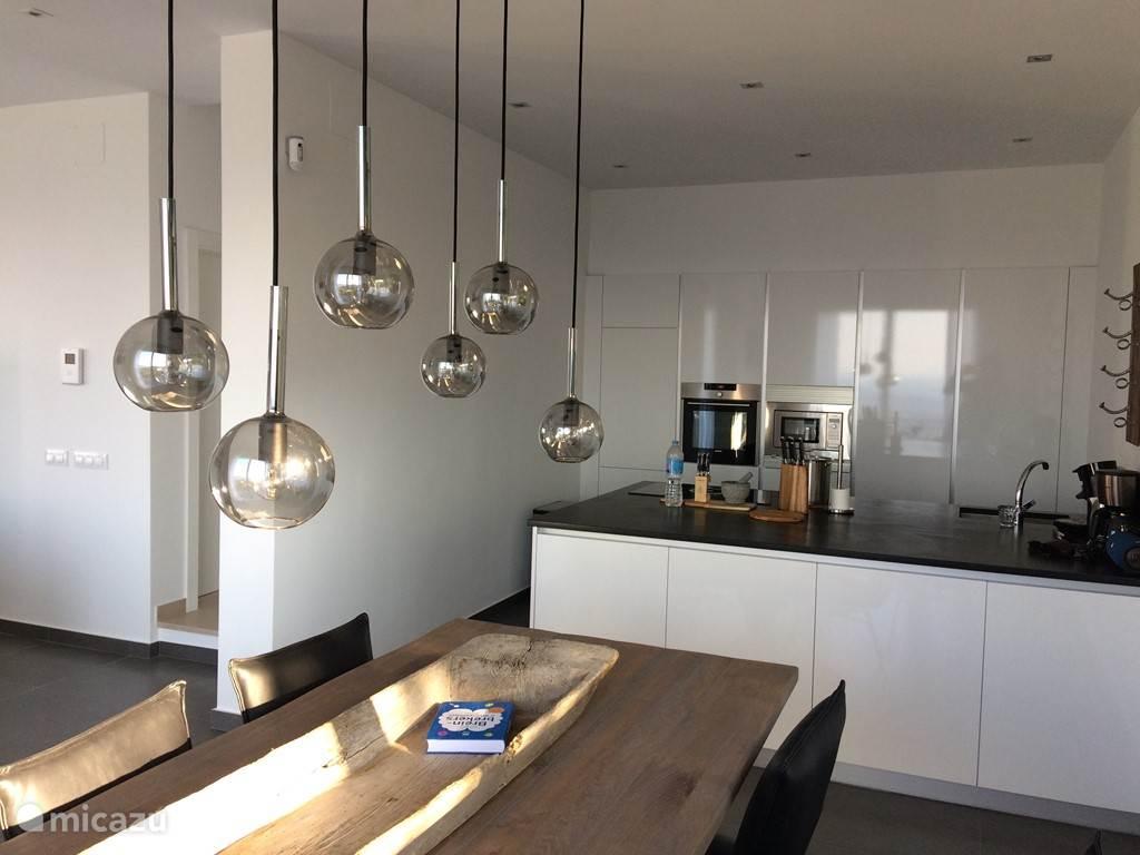 Eetkamer en moderne keuken