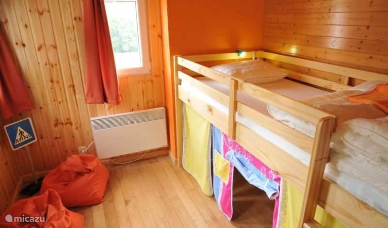 Kinderen slaapkamer: één hoge bed en één junior bed: 70x160cm