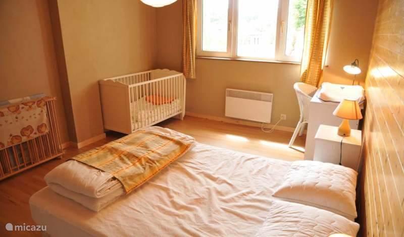 Slaapkamer 1, alles is voor uw baby voorzien
