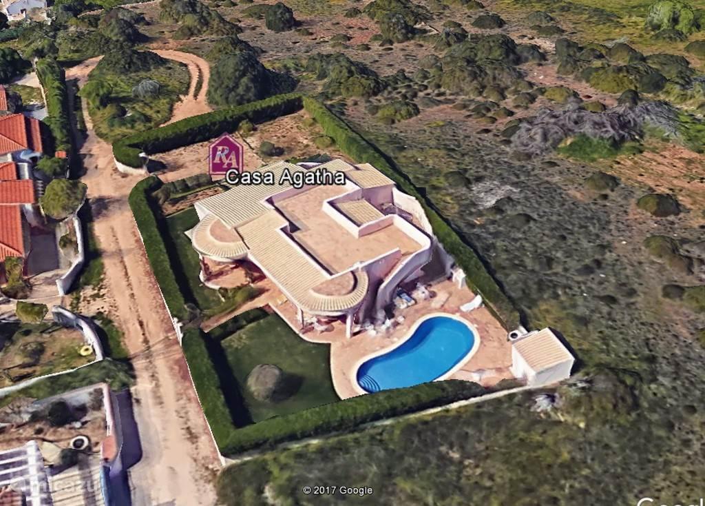 Overzichts foto van het huis en grondstuk