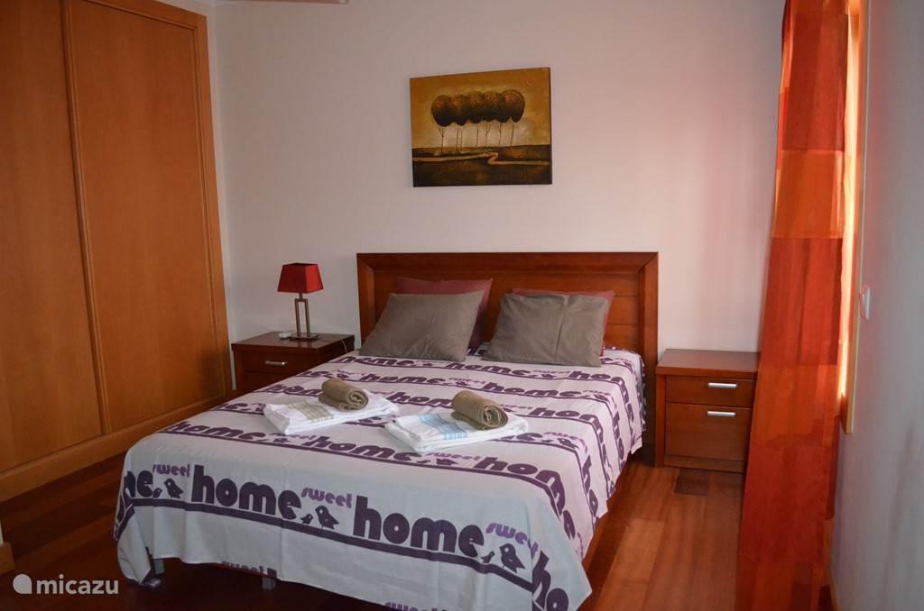 Slaapkamer 1 met 1 tweepersoonsbed en 1 eenpersoonsbed