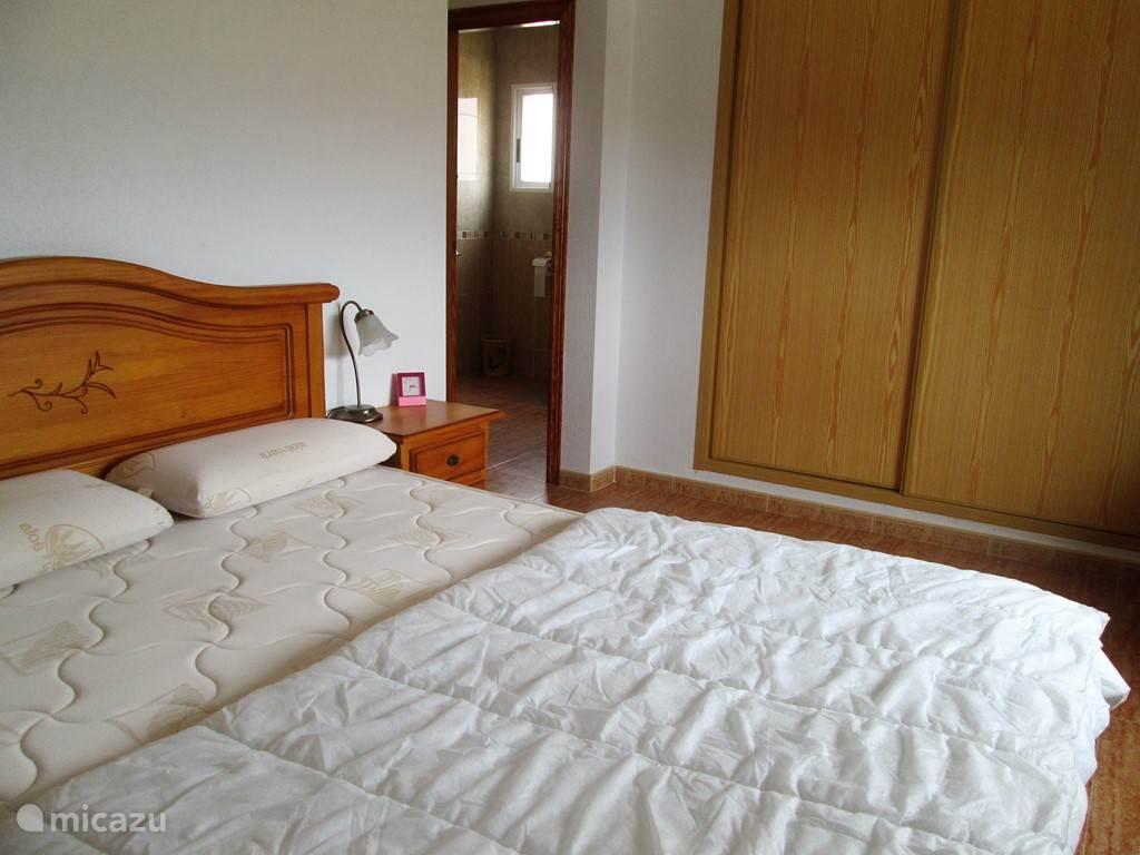 De slaapkamer met badkamer en suite op de bovenverdieping