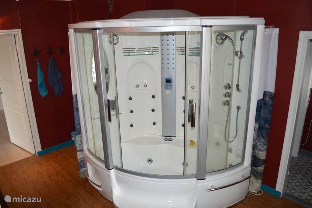 Lekker ontspannen in de bad-douche cabine.
