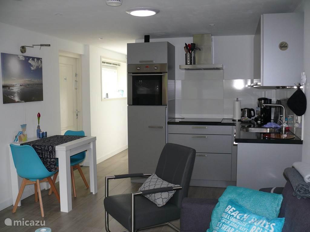 De keuken met doorgang naar de toilet en de slaapkamer