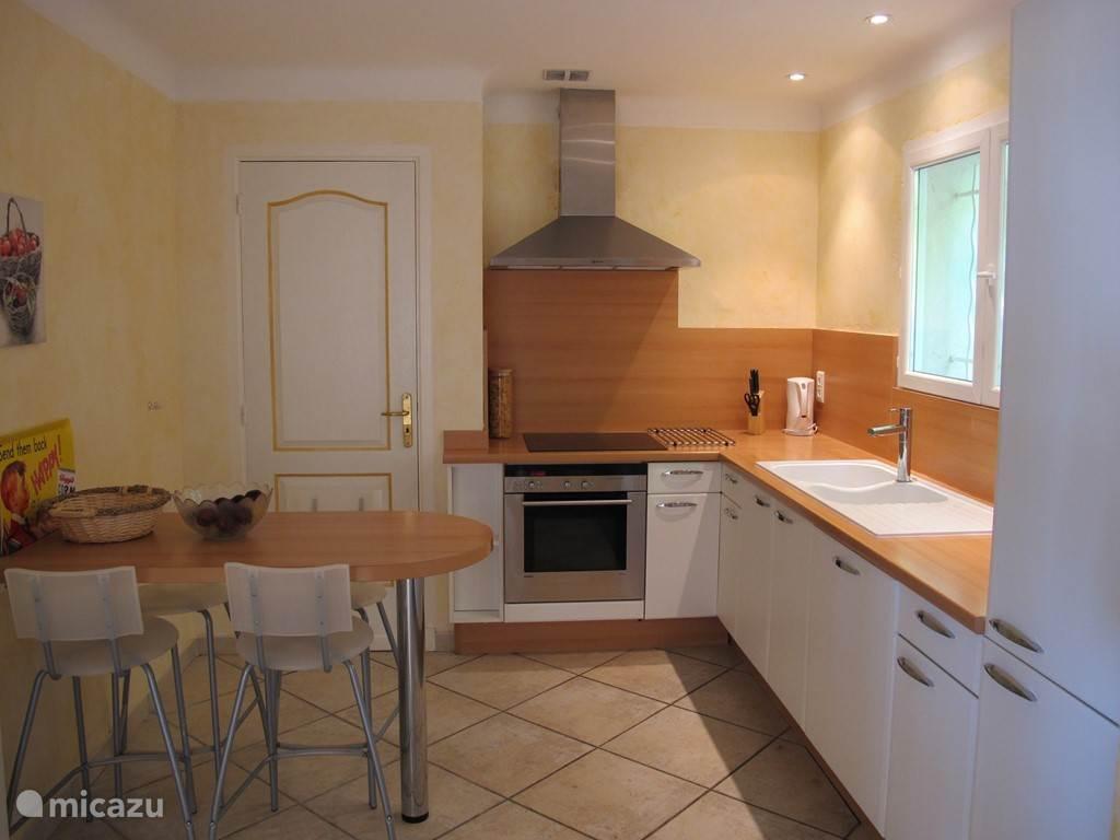 Keuken met zitje & vaatwasser, oven, droger en wasmachine