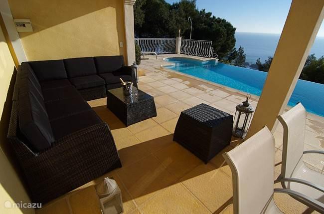 Zwembad met lounge gedeelte