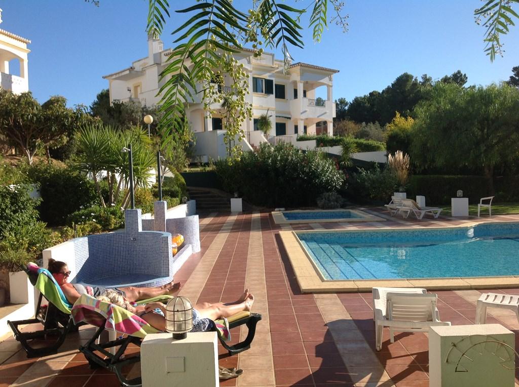 Nazomeren/ herfstvakantie in Carvoeiro .Last minute van 450 naar 350 euro per week in luxe appartement met zwembad