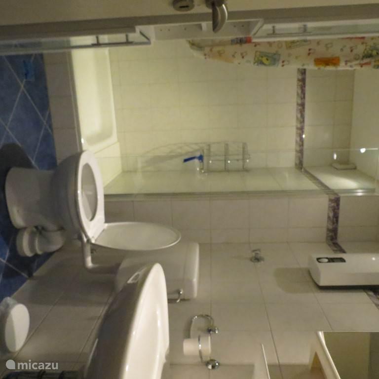 1 van de twee badkamers. De andere badkamer is identiek