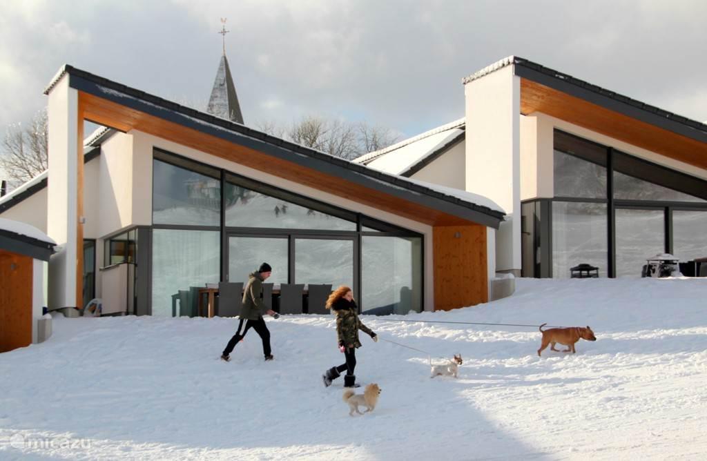 Vooraanzicht andere villa's in het project