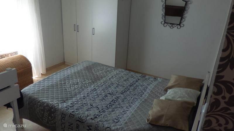 Bed (140x200) in ouderslaapkamer