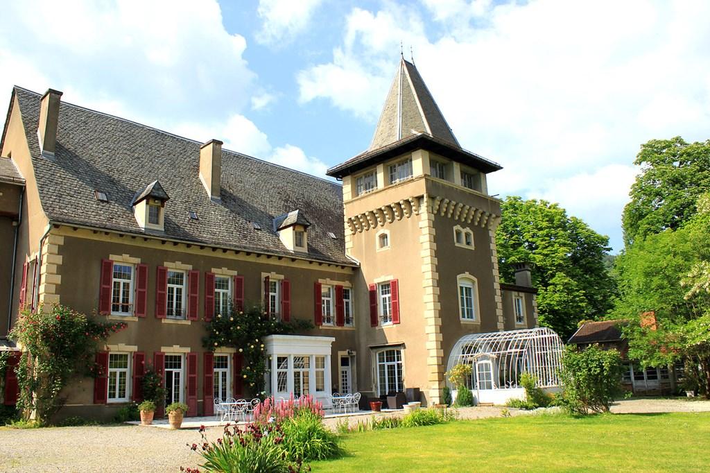 Gerenoveerd Chateau voor maximaal 15 personen in de Aveyron. Rondom een groot afgesloten (privé) park (1ha) met een eigen zwembad
