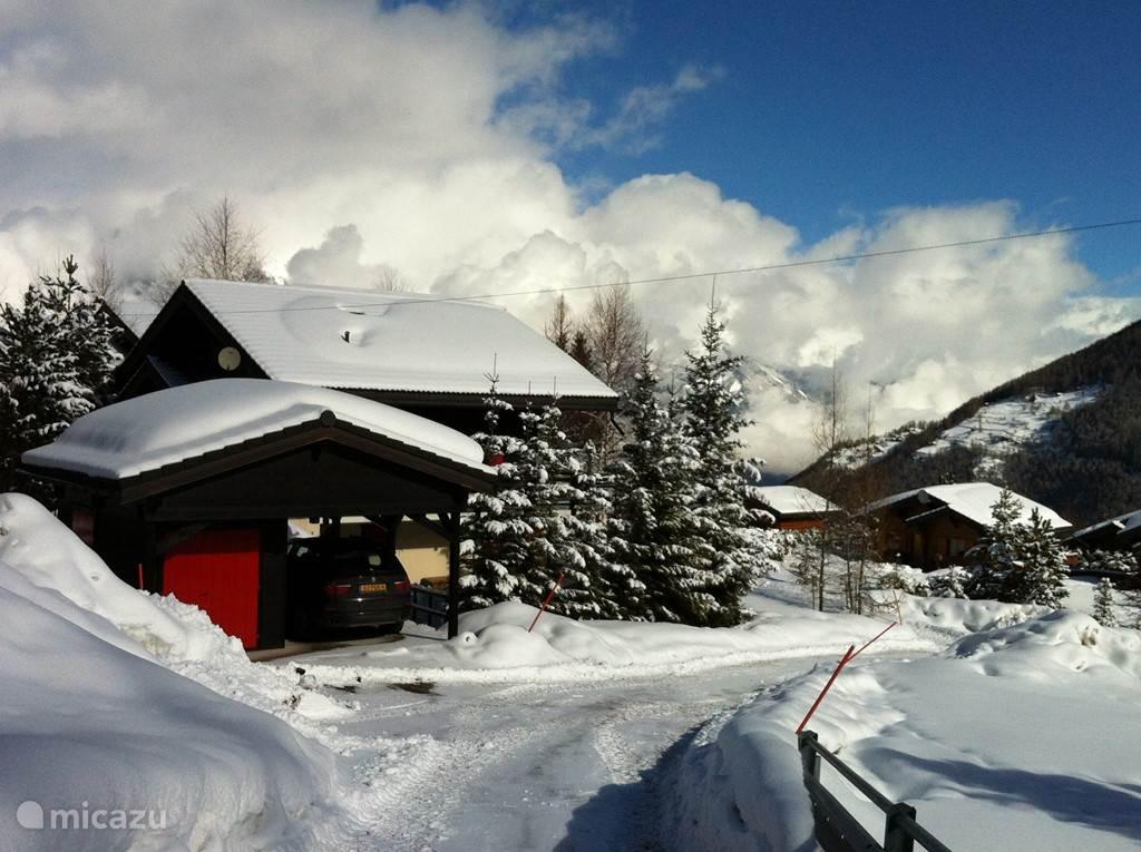 Chalet met carport in winter