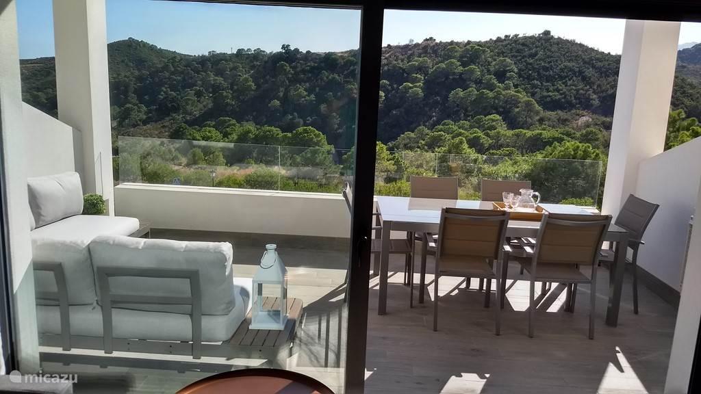 Het practhige zonrijke terras met lounge -en eetgedeelte