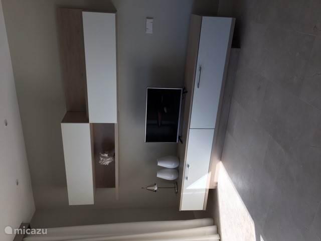 Een smart tv is aanwezig