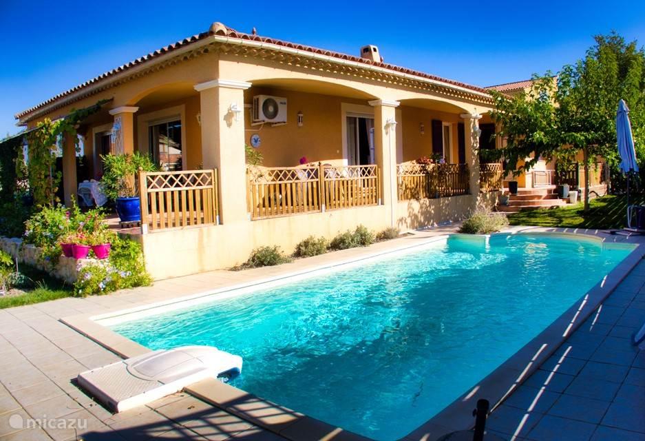 Het zwembad met de patio