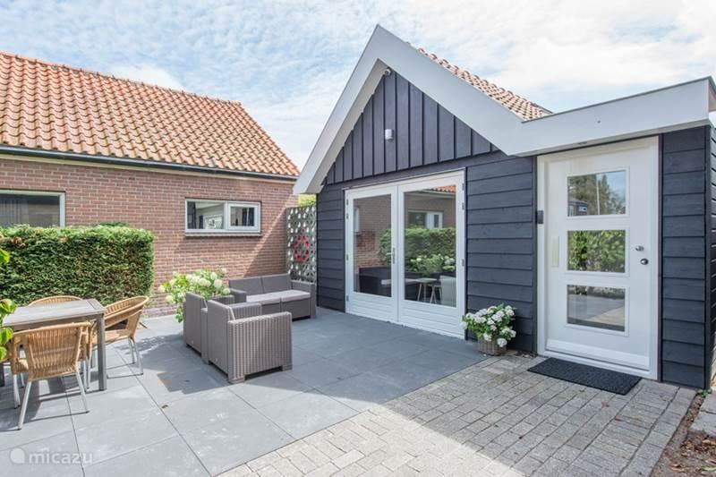 ferienhaus freistehendes gartenhaus neuer luxus in groet nordholland niederlande mieten micazu. Black Bedroom Furniture Sets. Home Design Ideas