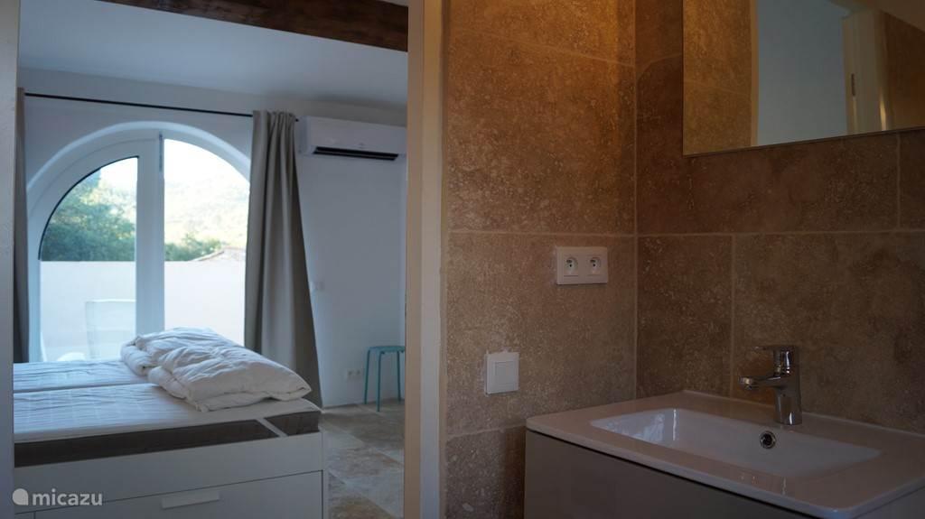Slaapkamer met badkamer op 2e etage met balkon