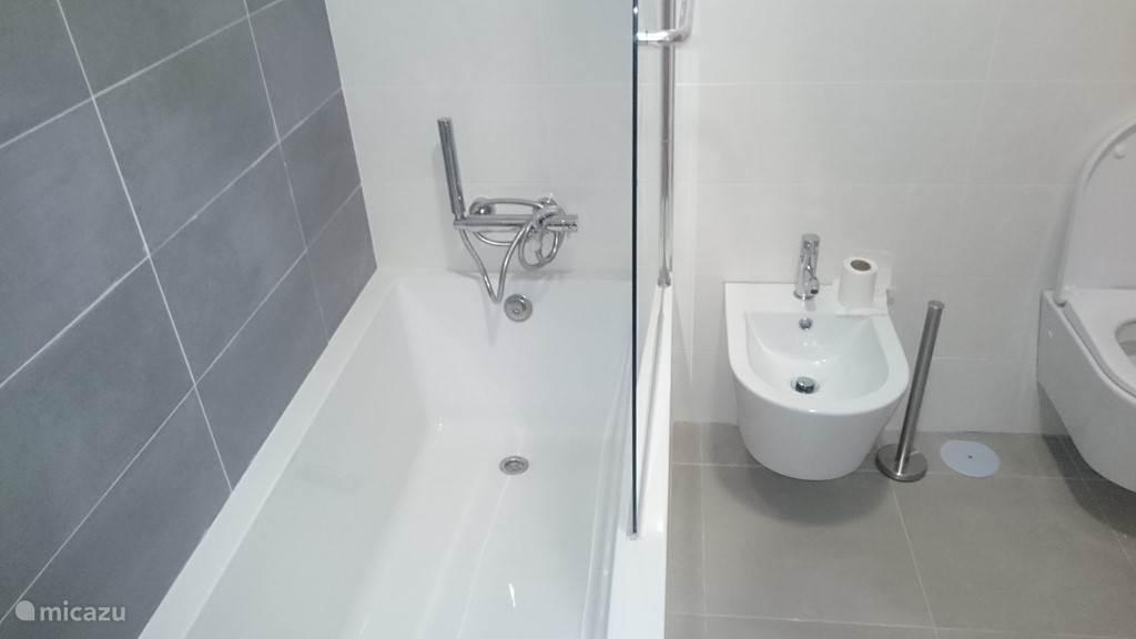 Badkamer met Bad, WC, douche