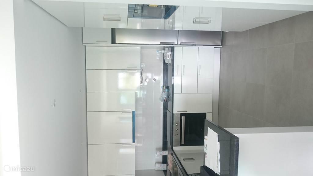volledig uitgeruste keuken met o.a. wasmachine, afwasmachine, ...