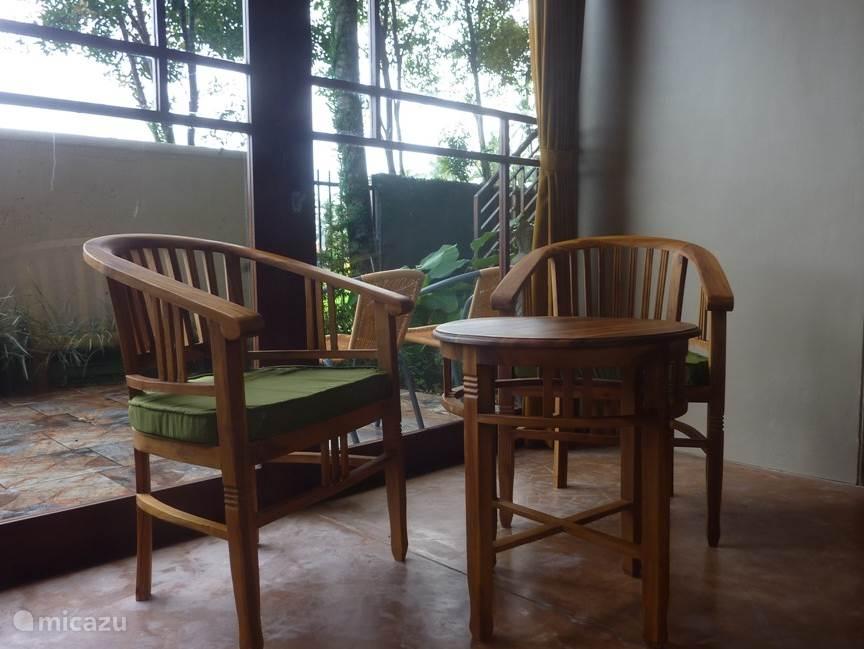 tafeltje met 2 comfortabele stoelen en prive buiten-terras van 18m2
