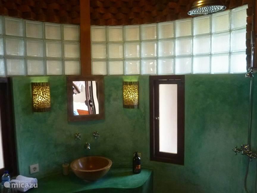 Badkamer met regendouche
