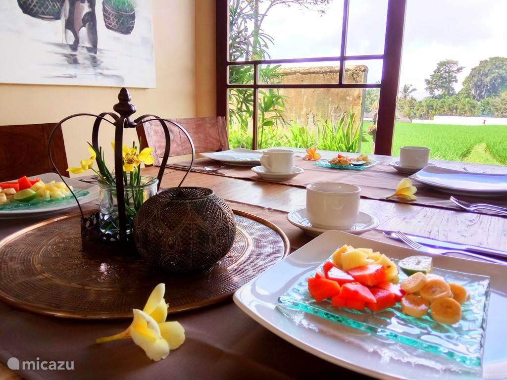Iedere morgen vers fruit bij het ontbijt.hmmm!