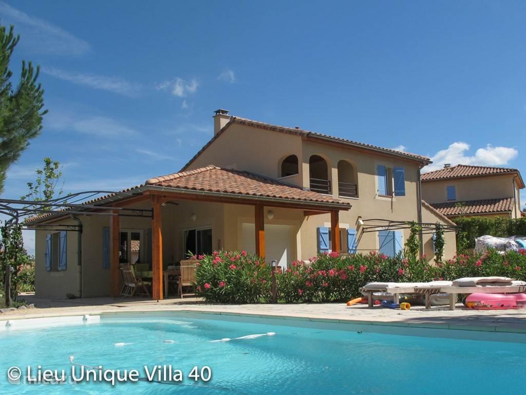 huis, tuin met prive zwembad vanaf de achterkant gezien