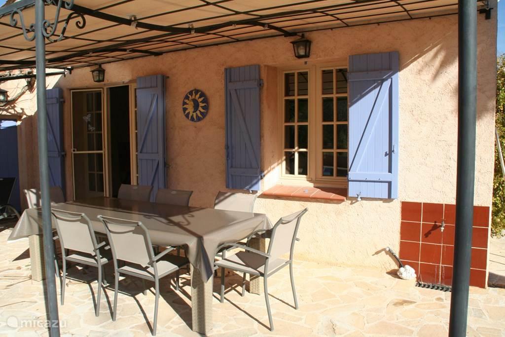 Terrastafel op achterterras (zwembad-kant) met 8 stoelen